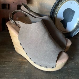 Torrid wooden wedge with studs.
